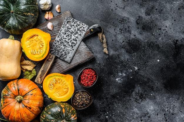 感謝祭の日または秋のカボチャの休日の料理の背景。黒の背景。上面図。スペースをコピーします。