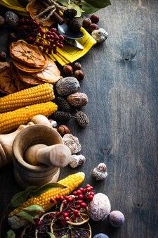 추수 감사절 또는 복사 공간이 어두운 나무 표면에 견과류, 딸기, 야채와 과일 프레임 오색 수확 개념