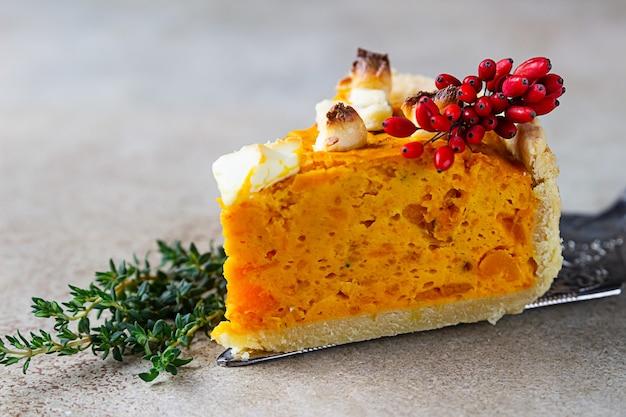 추수감사절 호박 페타 치즈와 타임 짭짤한 파이 가을 전통 수제 호박 파이