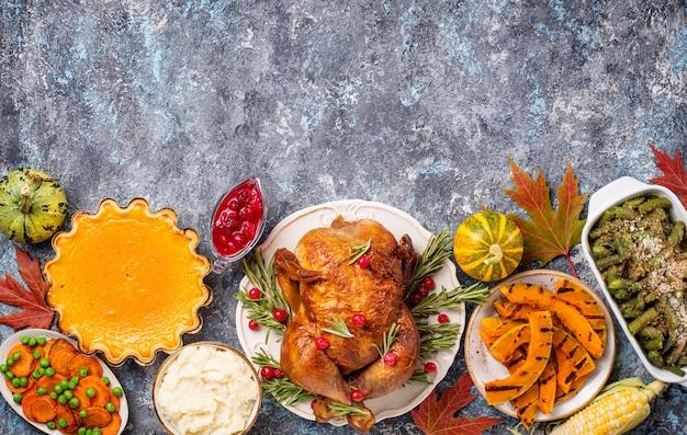 Традиционный ужин в день благодарения. запеченная индейка, тыквенный пирог, запеканка из зеленой фасоли и картофельное пюре