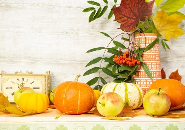 果物や野菜をテーブルに置いて感謝祭の日。豊富な時期の秋の収穫。季節おめでとうございます