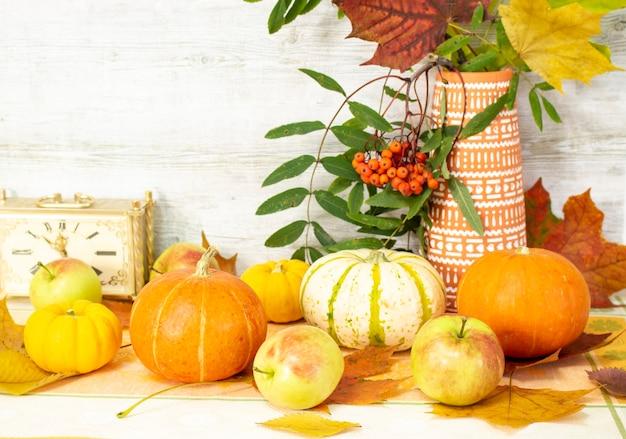 果物や野菜が豊富な時期に秋の収穫をテーブルに置いて感謝祭の日