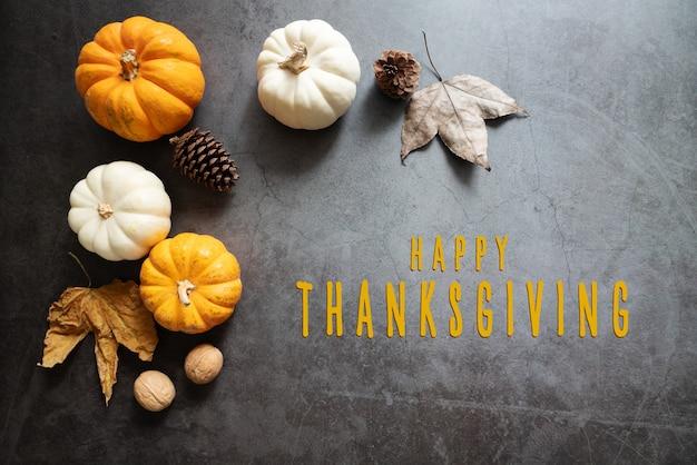 カボチャ、カエデの葉、ナッツの感謝祭