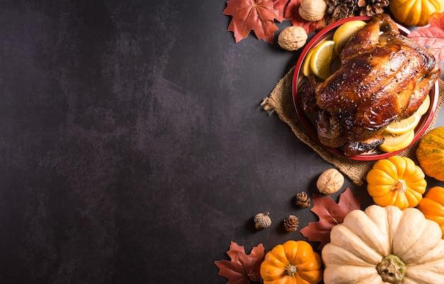 칠면조 구이와 모든 반찬이 포함된 추수 감사절 저녁 식사 배경 개념