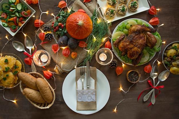 추수 감사절 저녁 식사. 할로윈 저녁. 닭고기와 모든 반찬 축제 테이블.