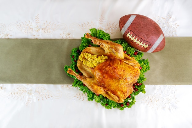 Концепция футбольной игры благодарения. праздничная индейка с гарниром.