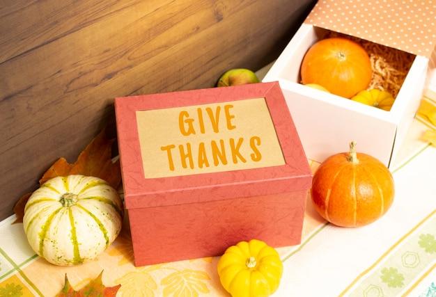 テーブルの上に果物と野菜が入った感謝祭のギフトボックス。豊富な時期の秋の収穫。季節おめでとうございます