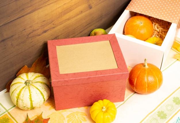 テーブルの上の果物と野菜の感謝祭のギフトボックス秋の収穫e