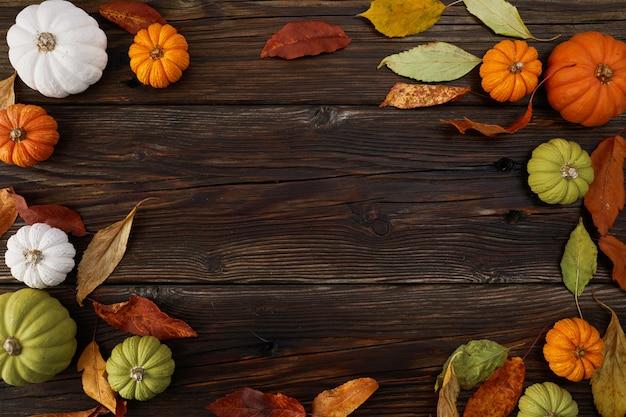 День благодарения или урожай фон с тыквами и осенними листьями