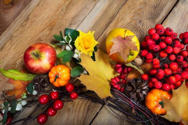 感謝祭のカボチャ、果実、秋の葉の花輪