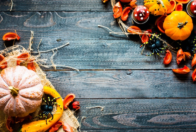 木製の背景に、感謝祭のカボチャ