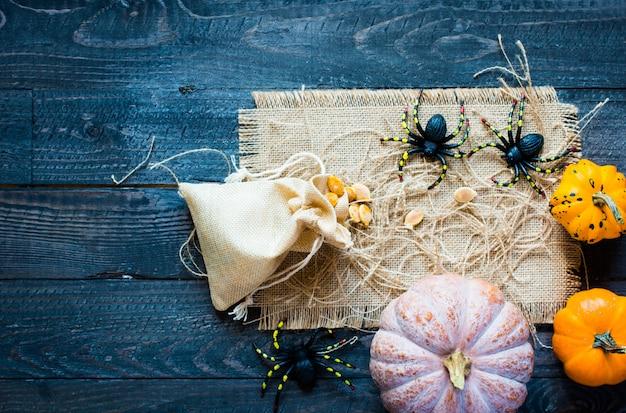 木製のテーブルに感謝祭のカボチャ