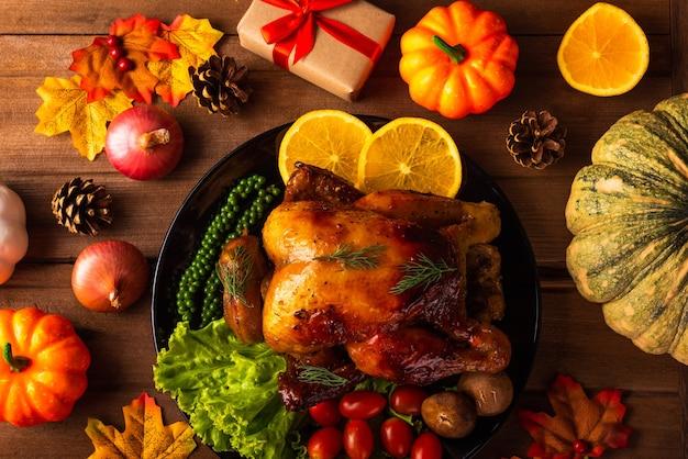 感謝祭のローストターキーと野菜クリスマスディナーフードデコレーション伝統的な自家製