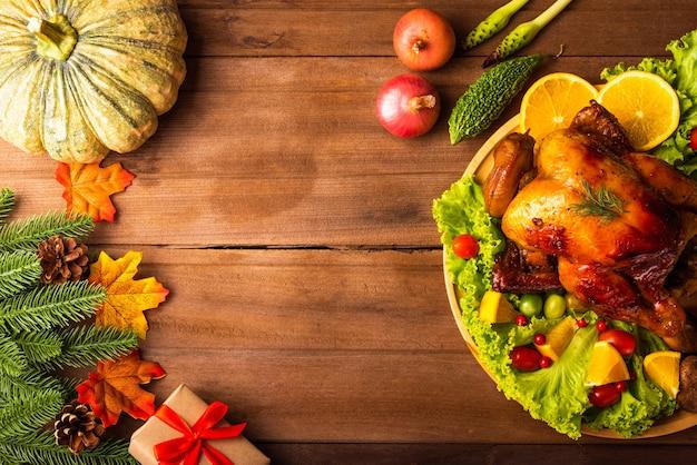 感謝祭のローストターキーまたはチキンと野菜
