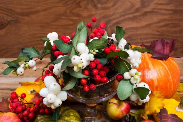 感謝祭のスノーベリー、ナナカマドの果実、カボチャ、リンゴテーブルのセンターピース