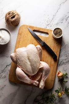テーブルの上の感謝祭の七面鳥の品揃え