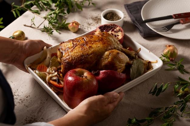 テーブルの上の感謝祭の七面鳥の構成