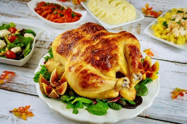 Индейка благодарения на праздничном столе с салатом