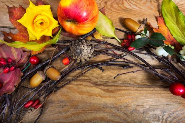 リンゴ、コーン、ベリー、ドングリの感謝祭花輪
