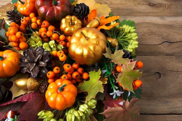 カボチャと葉のコピースペースと感謝祭の花輪