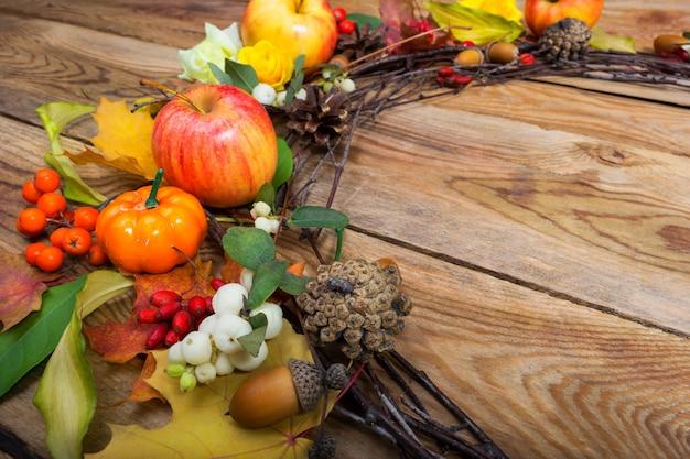 カボチャ、リンゴ、白い果実、コピースペースと感謝祭の花輪