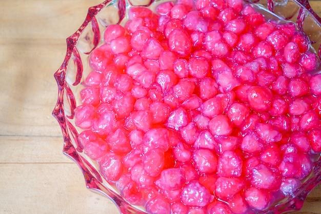 タプティムグロープは、タイのココナッツミルクデザートのシログワイです。夏の季節に氷、シロップ、ミルクと一緒に食べるヴィンテージのサクサクした伝統的なデザートです。