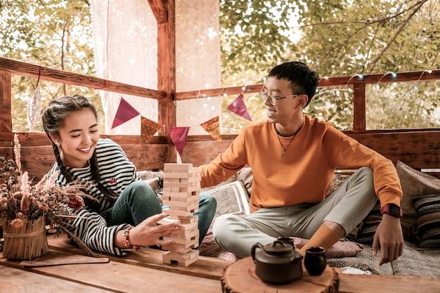 それがビンゴです。彼女のパートナーと遊んでいる間彼女の顔に笑顔を保つ驚くべき若い女性の人