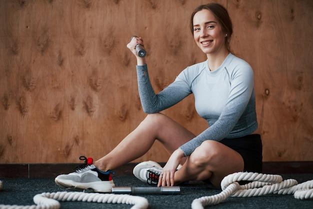 Это было легко. спортивная молодая женщина имеет фитнес-день в тренажерном зале в утреннее время