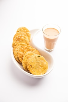 Thattai 또는 nippattu 또는 chekkalu는 쌀로 만든 인도 남부의 튀김 간식입니다.