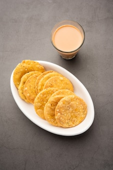 Thattai 또는 nippattu 또는 chekkaluis 쌀로 만든 남부 인도 튀김 간식