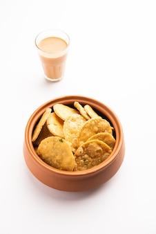 Thattai ornippattu 또는 chekkaluâ는 쌀로 만든 남부 인도식 튀김 간식입니다.