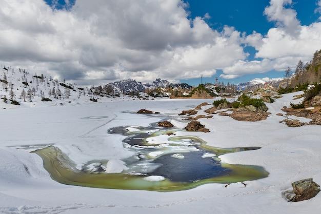 山の湖でイタリアアルプスを解凍