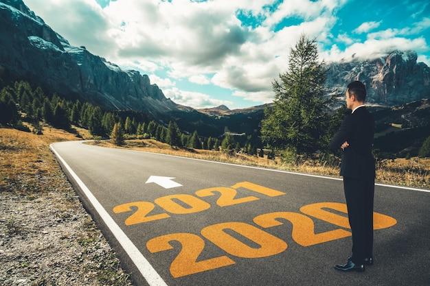 2021 년 새해 여정과 미래 비전 개념.