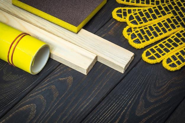 Абразивные инструменты и наждачная бумага для шлифовки или полировки деревянных досок.