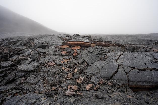 Активный поток лавы из нового кратера на склонах вулканов толбачик - камчатка, россия