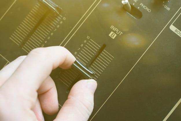 サウンドミュージックスピーカーの音量調節ノブを調整します