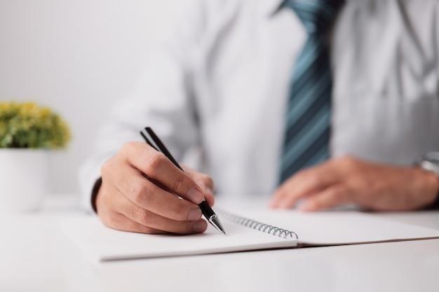 관리자 재정 감사관과 비서가 잔액을 계산하는 보고서를 작성합니다.