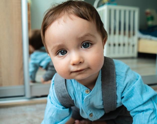 Очаровательный мальчик с красивыми глазами