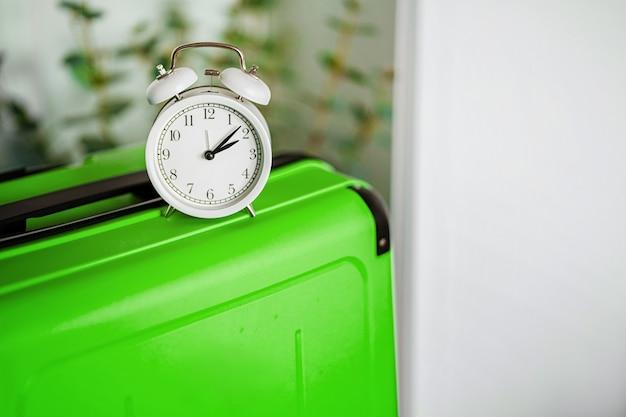자명종 시계는 여행할 시간이라는 개념으로 여행가방에 있습니다.