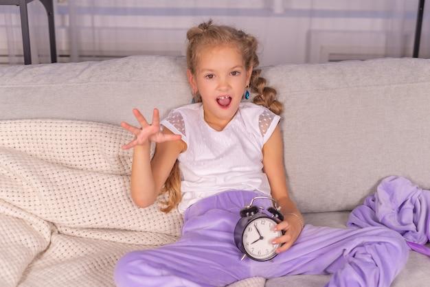 家で目覚まし時計が鳴り、女の子は悲鳴を上げて学校に行きたくない
