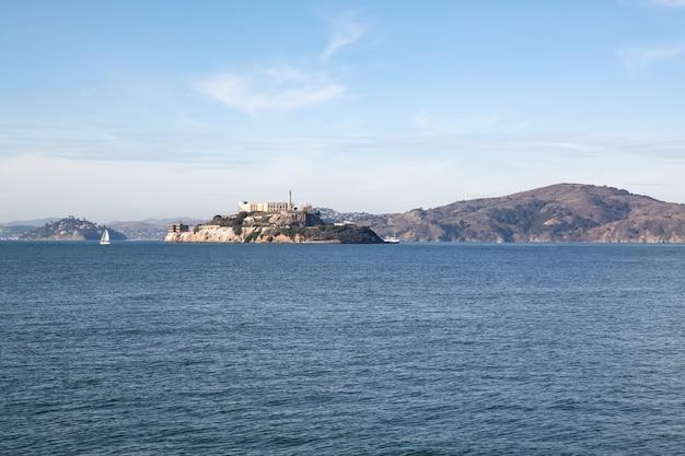Остров алькатрас известен в сан-франциско, калифорния, сша.