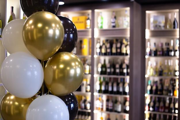 Алкогольный магазин украшен воздушными шарами по случаю открытия.