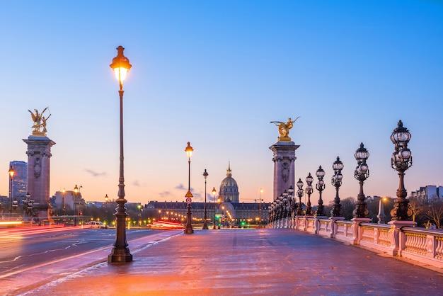 프랑스 파리의 센 강을 가로지르는 알렉산더 3세 다리(alexander iii bridge)