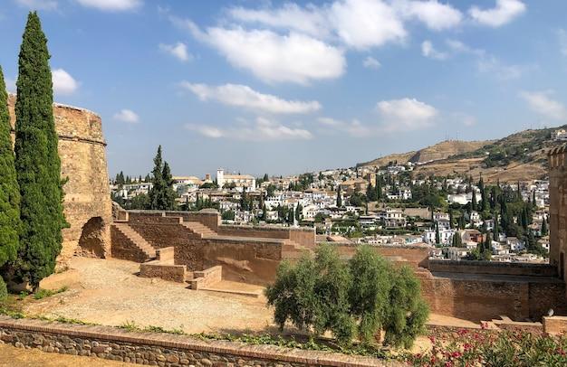 알함브라는 스페인 안달루시아 그라나다에 위치한 궁전과 요새 단지입니다.