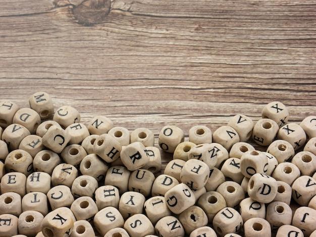 교육 또는 통신 개념을 위한 나무 큐브의 알파벳