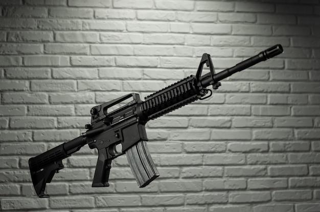 Американская армейская винтовка m4a1 у кирпичной стены