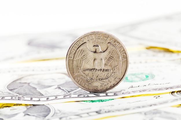 미국 화폐의 가장자리에 서있는 미국 동전