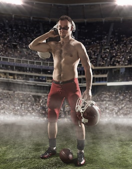 Американский футболист в действии на стадионе