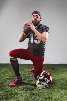 Американский футболист с мячом
