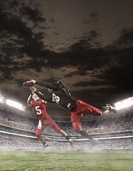 Игроки в американский футбол в действии на стадионе
